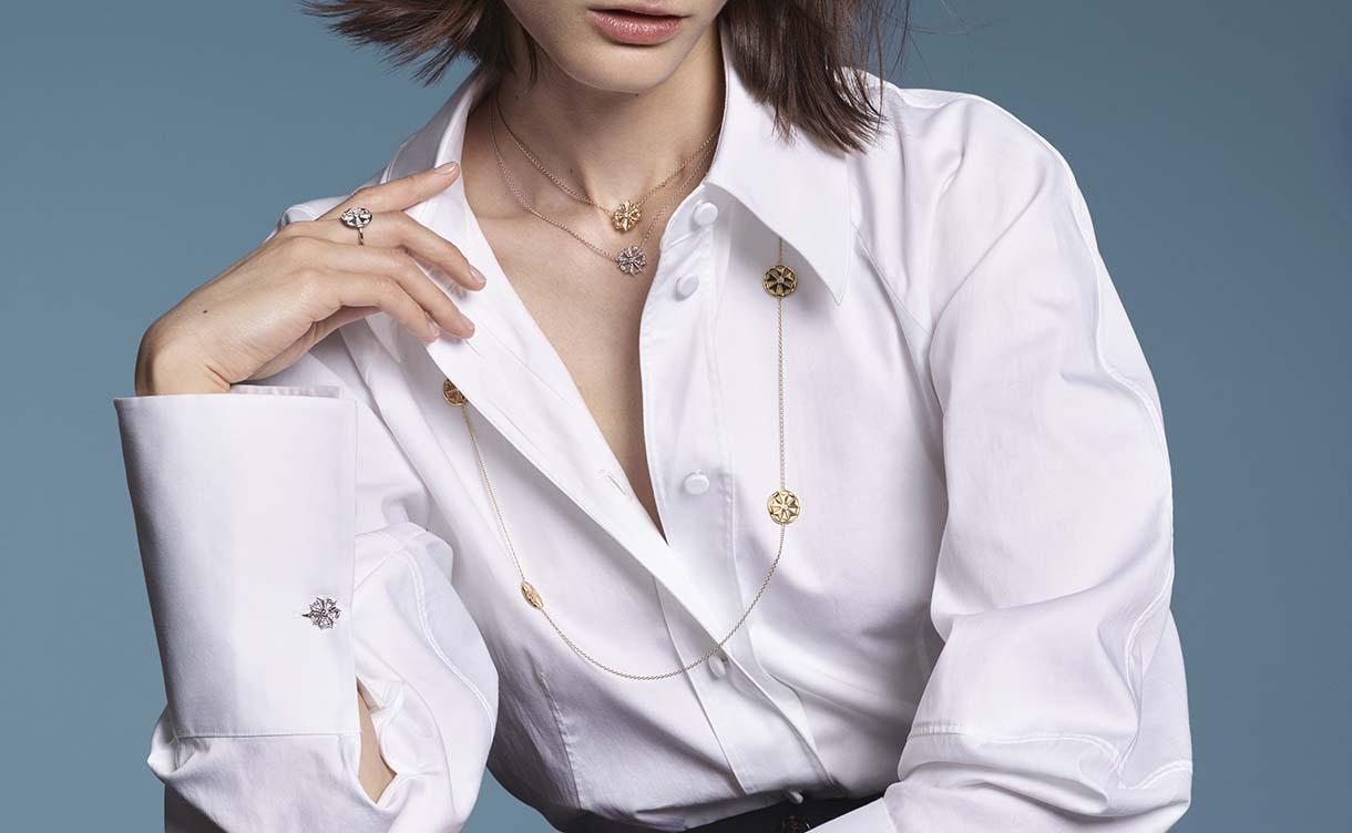 La maison Arthus Bertrand propose une grande variété de colliers en or pour femme : découvrez ses collections